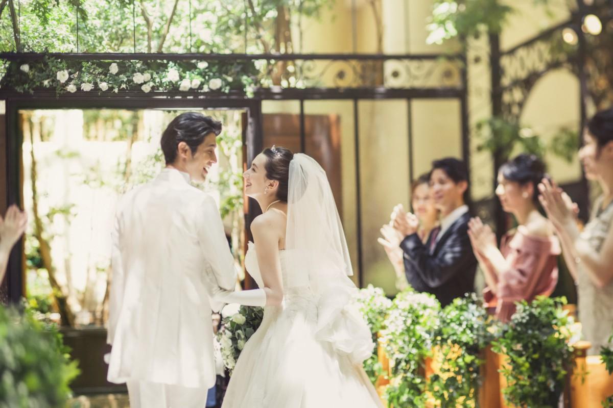 天井高15M、ベンジャミンの木々に囲まれ自然光が射し込むチャペルは春夏の結婚式にとってもおすすめ♪<br /> 室内でありながら陽の光と緑に包まれる天気に左右されないチャペルで、ナチュラルなウエディングを!<br /> 人気シーズンの結婚式を特典いっぱいでお得に叶える♪<br /> お財布にもハッピーなプランです!