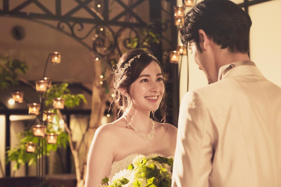 バウリニューアルとは「誓いを新たにする」セレモニー。<br /> 結婚生活でうまれた新たな想い、感謝の気持ちなど、お互いの今の気持ちを確かめ合う挙式。<br /> 牧師によるセレモニーで未来への新たな誓いを立ててください。